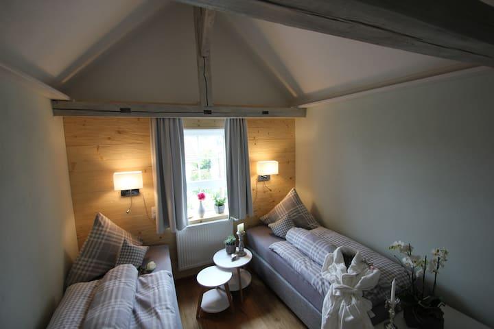 Sichtbare orginal alte  Dachbalken im Schlafzimmer  Original Roof from 1910 in the Bedroom