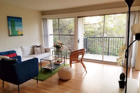 Light-filled Piedmont Apartment with Scenic View - 奥克兰