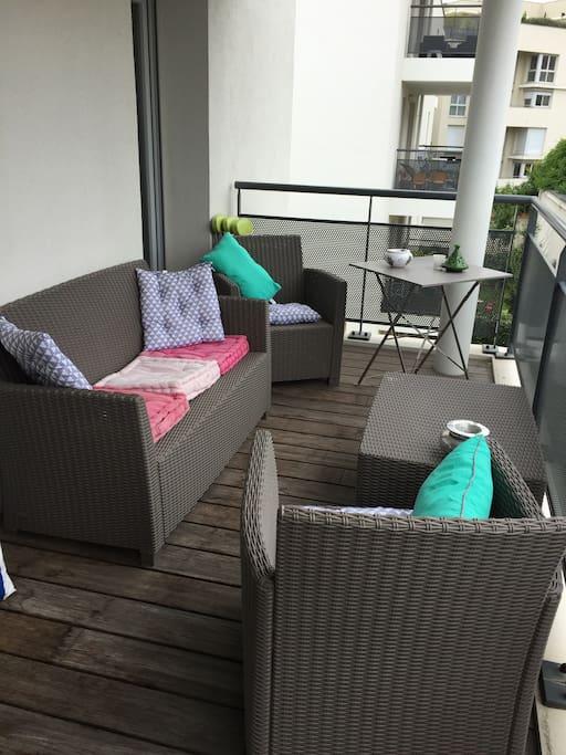 Balcon sur cour avec salon de jardin