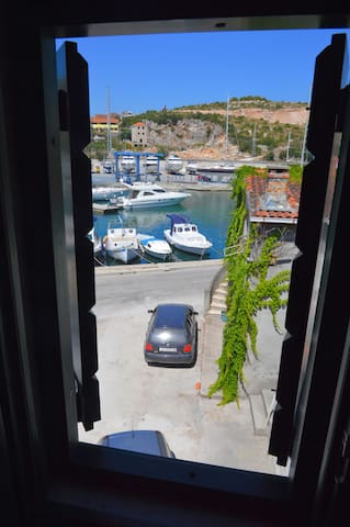 049, Stone house only 20 m from sea - Marina - House