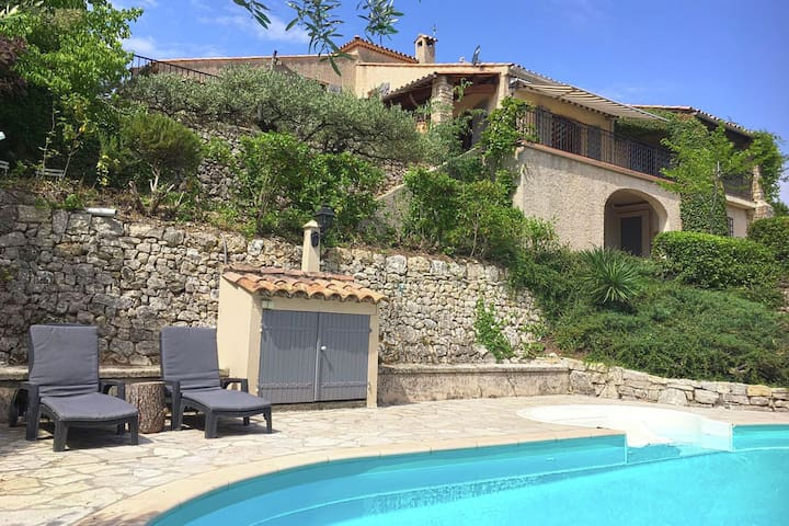 Provençal villa with private swimming pool, 900 m from the picturesque village of Flayosc