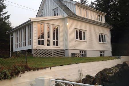 Idyllisk hus på Bømlo - Holmesjøen - Huis