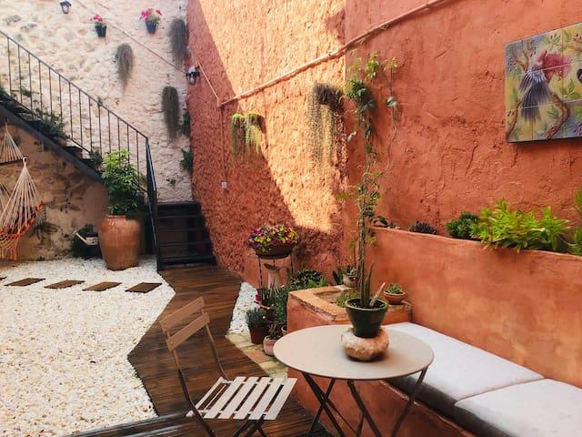 Casona de pueblo antigua restaurada, con patio
