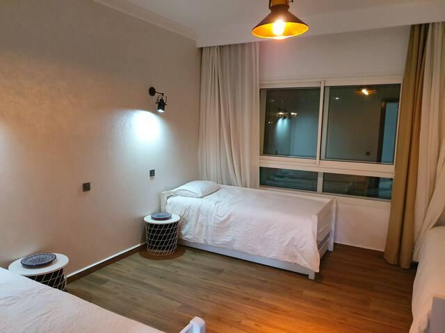 Chambre enfants ou invités avec 3 lits, black out, moustiquaire et climatisation.