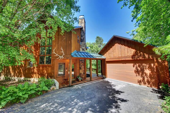 Fox Hollow- King bed, Hot Tub, Guest House, Wood fireplace