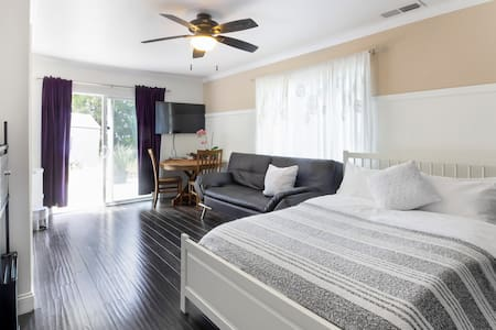 Clean & Comfortable True Bachelor - 35 min to SF!