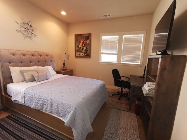 Upscale Queen Privt Bath Near Outlet Bart Shops