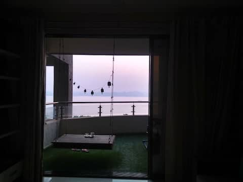 Calming, Comfortable Lakeview HomeStay