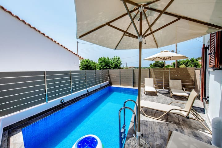 Lovely traditional villa with swimming pool