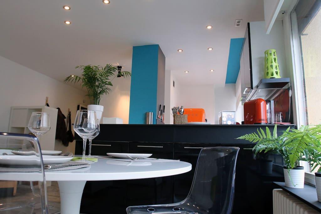 Coin repas et cuisine colorée en arrière plan - Dining area and colourful kitchen in the background