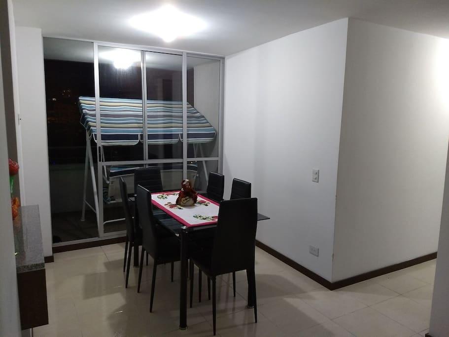 Sala comedor y balcón