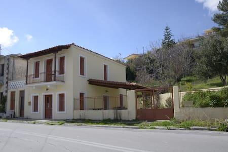 Πέτρινη διπλοκατοικία στην Κύμη - Taxiarches - บ้าน