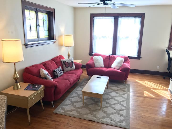 Renovated 1930s 2nd floor Apartment