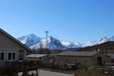 Near Downtown Valdez with mtn views - Valdez - Bed & Breakfast