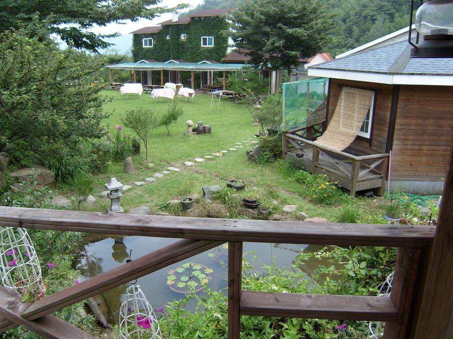잔디정원,연못,흔들의자