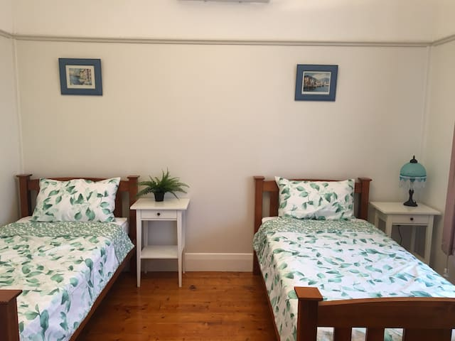 Two Single Beds close to CBD