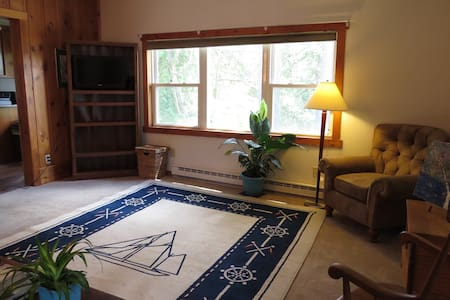 Cozy lakeside upstairs apt, LG Winter Carnival - Diamond Point - Διαμέρισμα