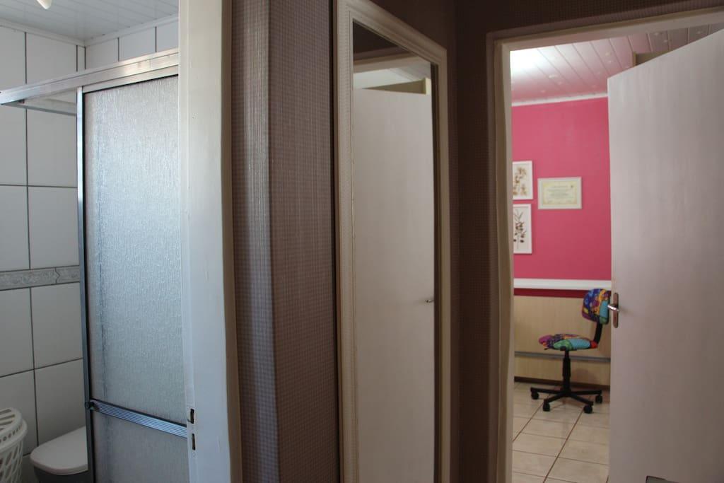 Banheiro contíguo ao quarto