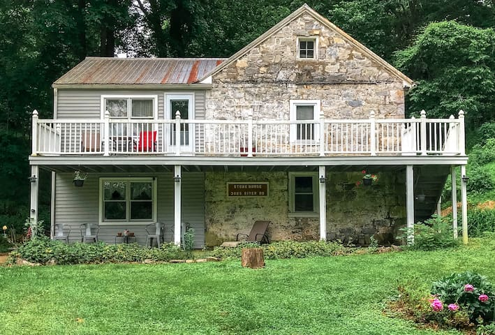 Beautiful 1815 Stone House, secluded on the river