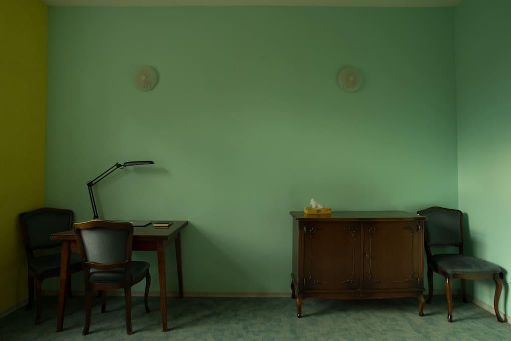 Удобная и добротная мебель в ретро стиле.