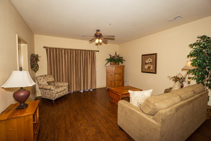 Ground Level 2 King Bed, 2BA Golf Condo - Walk out to Pool!