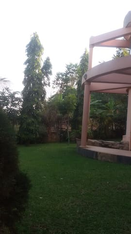 Serene house with leafy garden - Bunamwaya - Bungalow