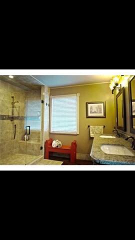 Spacious bedroom & luxury bath near UT & Promedica
