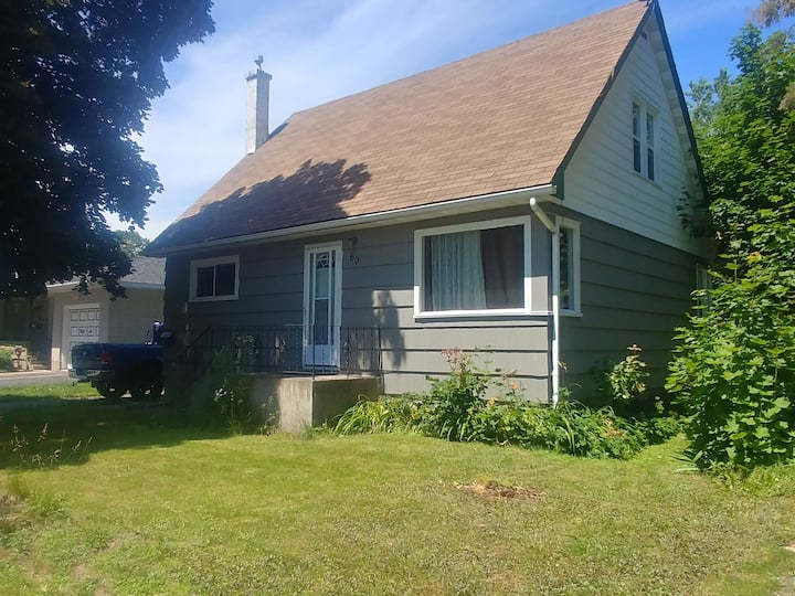 Sault Ste Marie home in convenient location