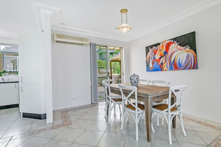 Enjoy Your Meals at a Large Dining Table with Beautiful Arts and Decorations
