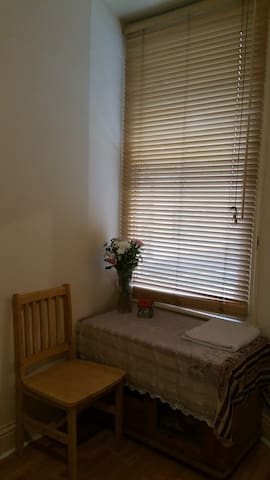 Single bedroom in a family home - Londres - Apartamento