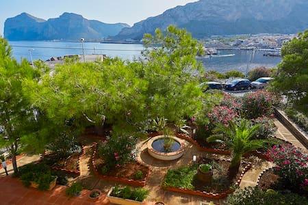 Confortevole villa fronte mare con giardino - Isola delle Femmine