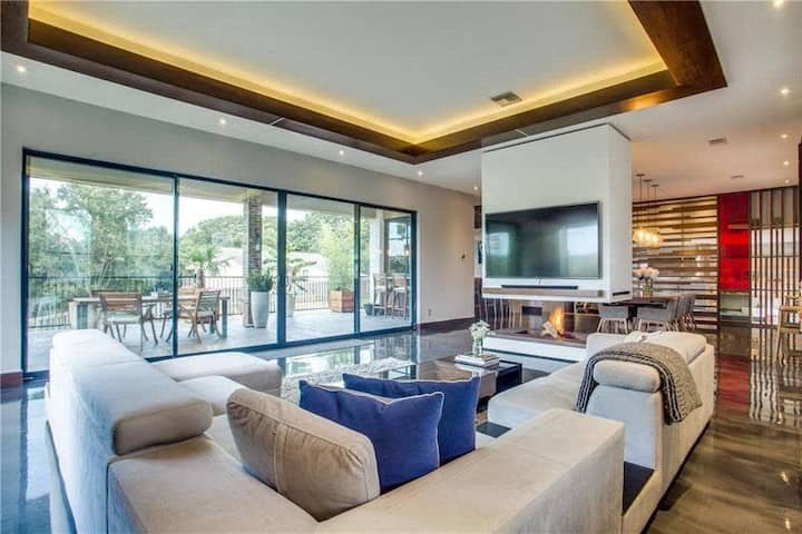 Modern Urban Luxury - w Lake Views, Media, Bar