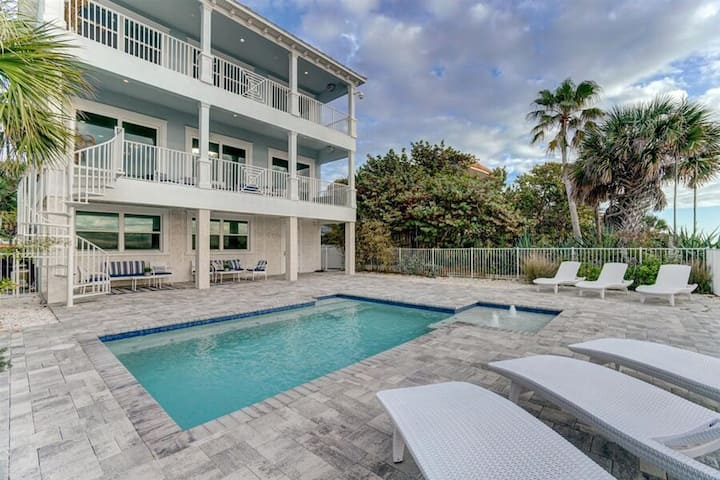 Private beach house directly facing the Gulf Of Mexico. Sleeps 12