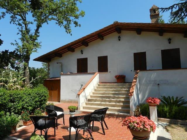"""Camera """"Le rose"""" di Boscodisotto - Rapolano Terme - Rumah"""