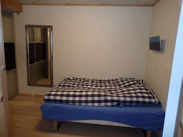 soveværelse med dobbeltseng,skrivebord, og walk in closet