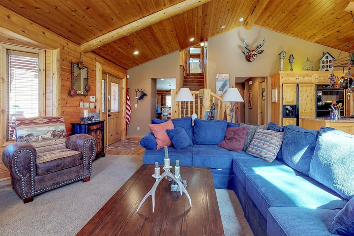 Rustic & spacious mtn home w/ private hot tub, wet bar, & at-home entertainment