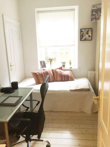Soveværelse 2. Bed is 140 x 200
