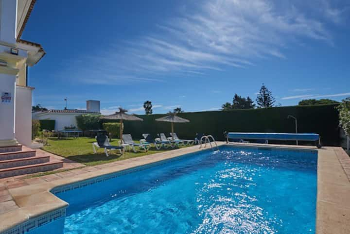 Private pool, lawn, parking, pool table, central.