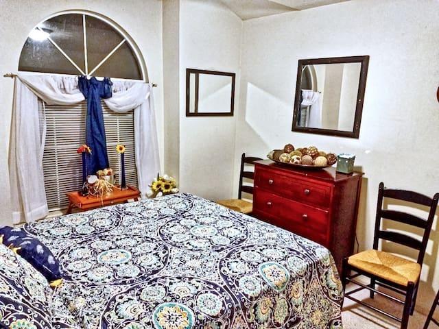 Queen Private Room in a Quiet Neighborhood