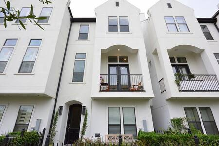 Walking distance from great shops and restaurants - Houston