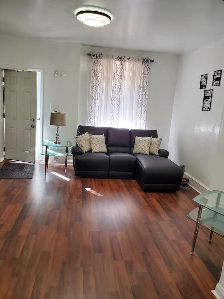 Comfortable Rowhome 10 minutes  from center city