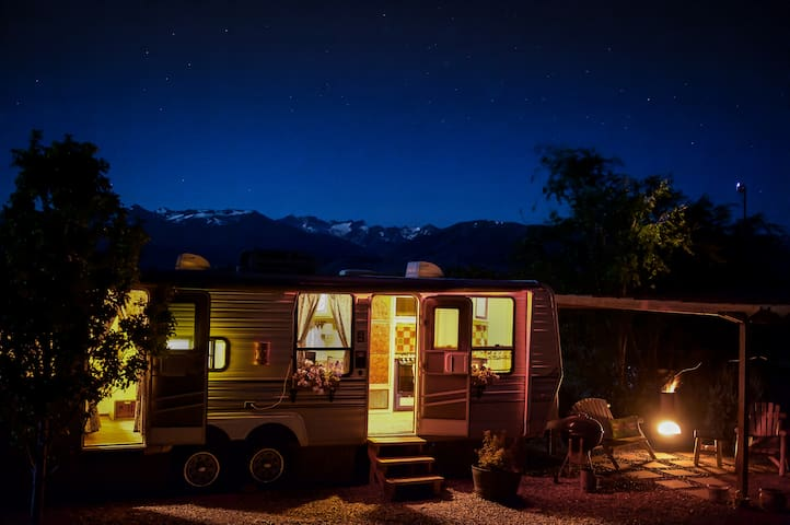 Colorful Baja Camper with lake & mountain views - Bridgeport - Husbil/husvagn
