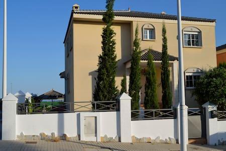 Acogedora Villa de 3 plantas para 23 personas - Elche