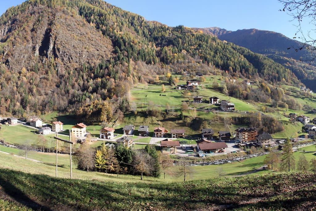 Panoramica del paese di Pracorno in Val di Rabbi - con il Residence Bonetti al centro.