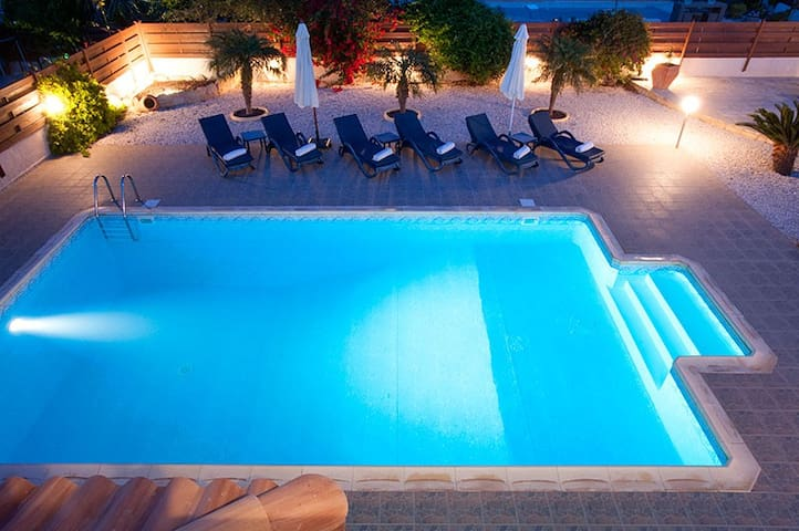 Luxury 3 bed villa - Private Pool in FAB location! - Paphos