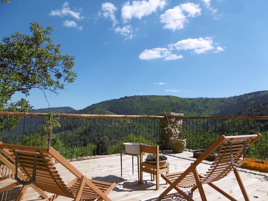Notre toute nouvelles terrasse en pierres du pays, se jetant dans l'horizon ...