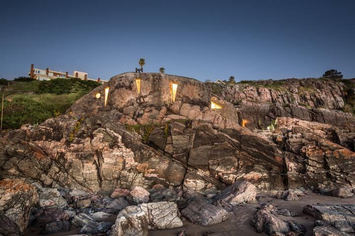 Cave on the beach XXI centuryPdel E -  Punta Ballena,Maldonado - Lerhydda