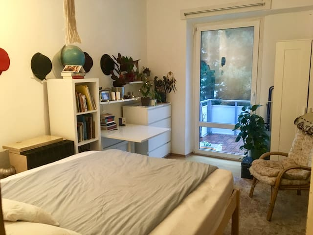 Cosy Bedroom / Balcony / 15 min to Central Station