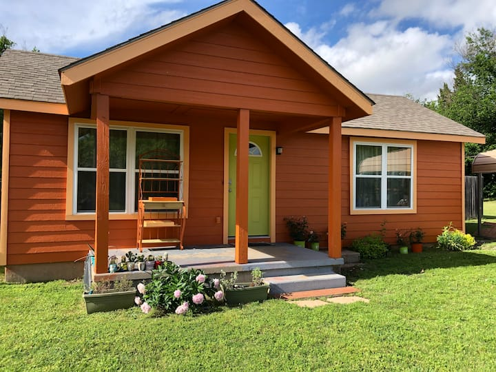 EZ 1 mile to Ft Sill -Sleeps 10  +Firepit/Grill!!