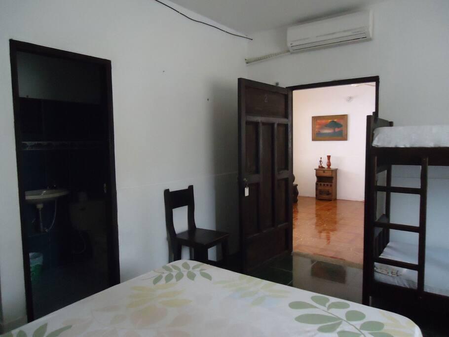 Una habitación con aire y baño privado.
